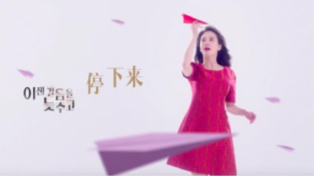 Song Ji Hyo nổi bật với tông màu đỏ gợi cảm.
