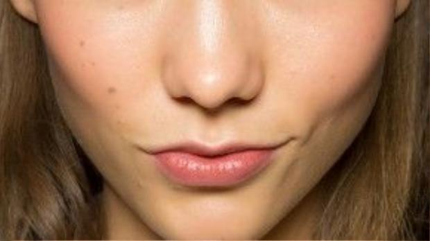 Sự tinh nghịch và thông minh kèm vẻ lý lắc vô cùng sống động chính là những gì người đẹp cung Song Tử mang lại. Vì thế nên khi make up cần lưu ý phải có điểm nhấn trên khuôn mặt để làm bật nên sự nổi bật này, hãy viền mi mắt dưới của mình bằng bút eye liner xanh ngọc cho đầu xuân này xem sao nhé, không quá nổi bật nhưng vừa đủ để tỏa sáng mà phải không?