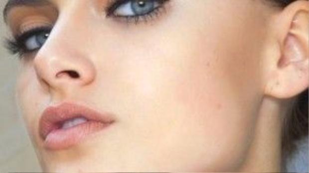 Nữ nhân có phong thái tự tin và bản lĩnh nổi trội ngay từ lần đầu gặp gỡ, không còn nghi ngờ gì nữa vì đấy chính là cô bạn Sư Tử. Để làm bật lên tính cách mạnh mẽ của cô nàng hãy dùng eye shadow cam phủ toàn bộ bầu mắt, kế đến là kẻ eyeliner với phần đuôi thật sắc nhé, chải mi và thêm môi tông nude nữa.