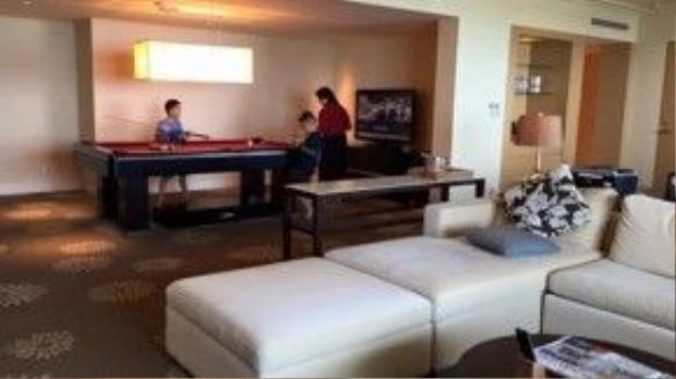 Cạnh phòng khách còn có một phòng bi-a để cô và các con có thể chơi cùng nhau.