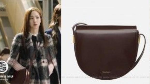 Túi đeo chéo hiệu COURONNE Giá: 525,000 won (~ 10 triệu đồng)