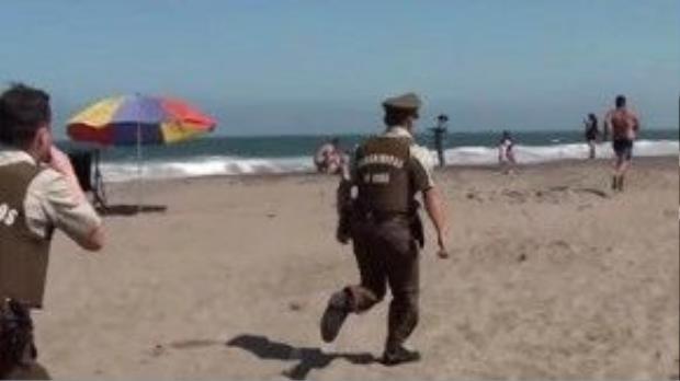 Ai cũng biết cảnh sát Chile đang thi hành nhiệm vụ rất nghiêm túc, nhưng bất kỳ người nào cũng không khỏi buồn cười khi xem đoạn video này.