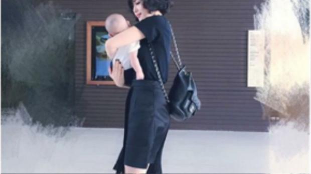 Trang phục màu đen có lẽ chiếm diện tích 90% trong tủ đồ của cô.