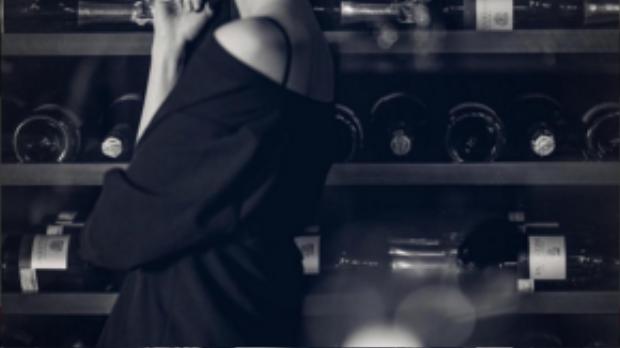 Cô quyến rũ trong váy sơ mi đen trễ vai.