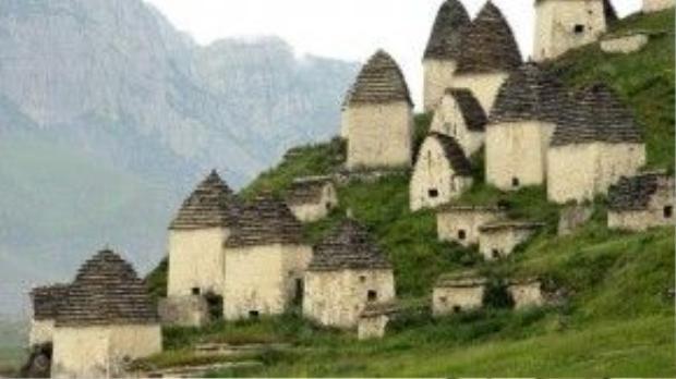 Những ngôi mộ mang hình dáng như túp lều hình chóp. Ảnh: whenonearth