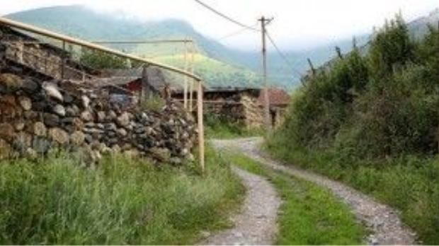 Con đường dẫn vào ngôi làng. Ảnh: flickr