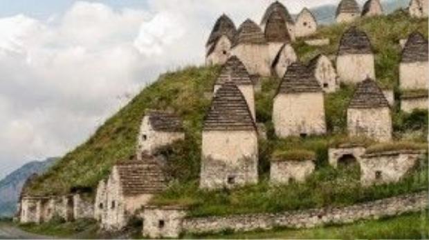 Những ngôi mộ nằm trên đỉnh núi Caucasus. Ảnh: amusingplanet