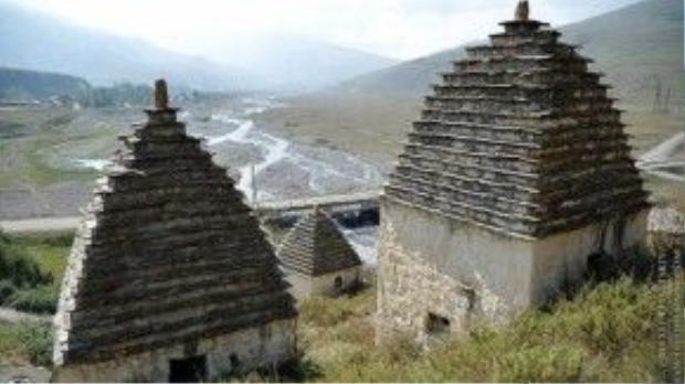 Tường mộ được làm bằng đá phẳng có mái hình chóp. Ảnh: whenonearth