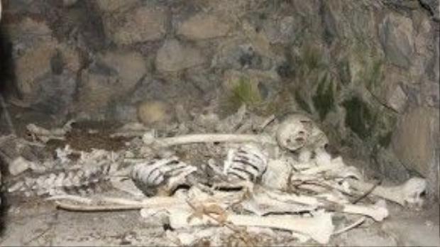 Bên trong hầm mộ chứa nhiều bộ xương và sọ người. Ảnh: flickr