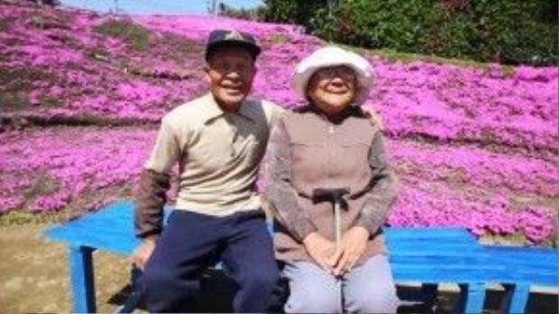 Ông bà Kuroki bên vườn hoa tình yêu.