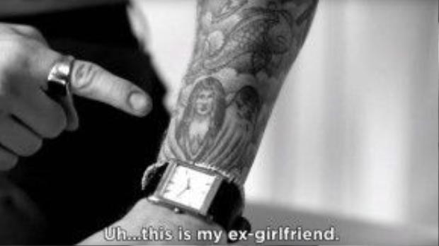 Justin chỉ vào hình xăm trên tay và nói rằng đây là bạn gái cũ của anh.