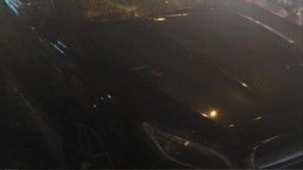 Cận cảnh chiếc xe đắt tiền bị đập nát của kính.