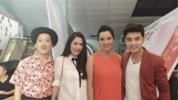 Trường Giang và Quế Vân chụp ảnh cùng vợ chồng bạn thân Ưng Hoàng Phúc - Kim Cương.