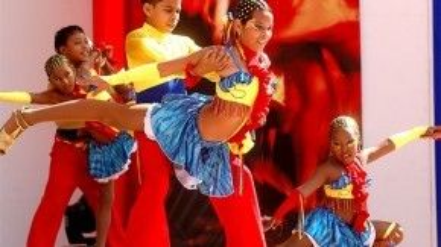 Các vũ công nhí biểu diễn salsa tại Cali.