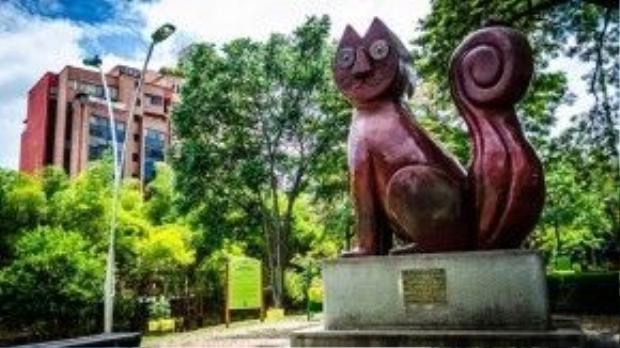 Bức tượng điêu khắc El Gato del Rio nổi tiếng của Cali.