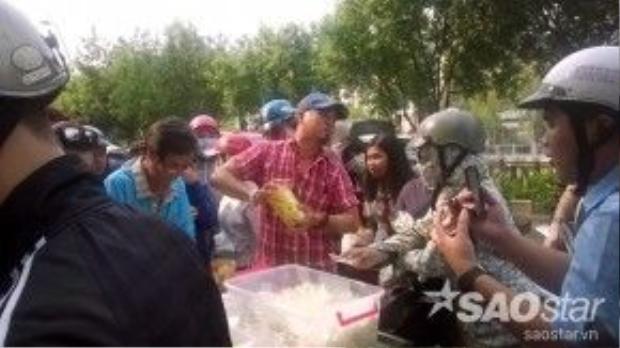Đám đông bu đen bu đỏ xe xoài lắc khi còn bán di động dọc theo bờ kè Phú Nhuận.