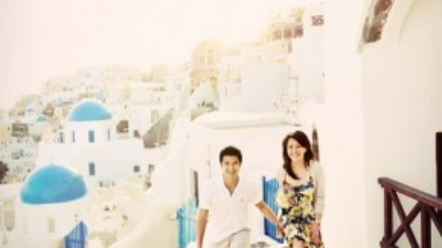 Nhiều cô dâu - chú rể từ Châu Á đã chọn Santorini làm điểm đến để thực hiện các bộ hình cưới bởi khung cảnh lãng mạn của hòn đảo. Ảnh: David from A.X