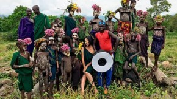 Nagi còn cho biếtbộ lạcmà côtiếp xúc nhiều nhất là ngườiSri ở Ethiopia. Mặc dù hơi tiếcvì không được tham dự lễcúng tế của họnhưng nhìn thấy mọi người sửdụng cây cối hóa trang, cô cảm thấy rất thú vị.