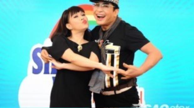 Thanh Bạch và Việt Hương rạng rỡ trong buổi họp báo.