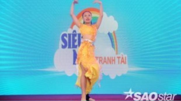 Minh Thư trổ tài nhảy múa. Cô bé từng giam gia cuộc thi Bước nhảy hoàn vũ nhí 2015.