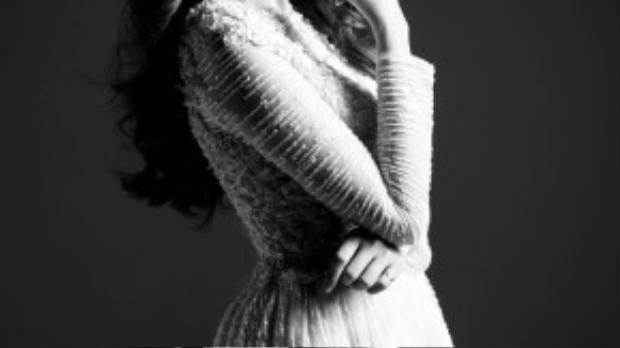Hiện tại cô đang tham gia các dự án phim, các MV, và các chương trình truyền hình. Cô mặc áo đầm ngắn, xử lý chất liệu công phu của NTK Vũ Anh Thư, chiếc áo đầm này giúp cô trông xinh xắn và nổi bật hơn.
