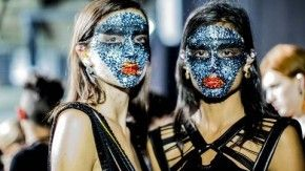 """Mùa xuân 2014, Riccardo Tisci khiến cả thế giới ngả mũ ngưỡng mộ khi """"biến"""" sàn runway thành cuộc hội ngộ đầy thú vị của những cô gái mang mặt nạ sequin xanh, còn đôi môi rực rỡ với sequin đỏ."""