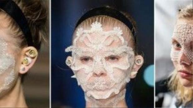 Những chiếc mặt nạ được thiết kế từ chất liệu voan, ren, đính thêm ngọc trai đã giúp bộ sưu tập mùa xuân 2016 của nhà Givenchy tạo được hiệu ứng tốt với truyền thông và người làm nghề.