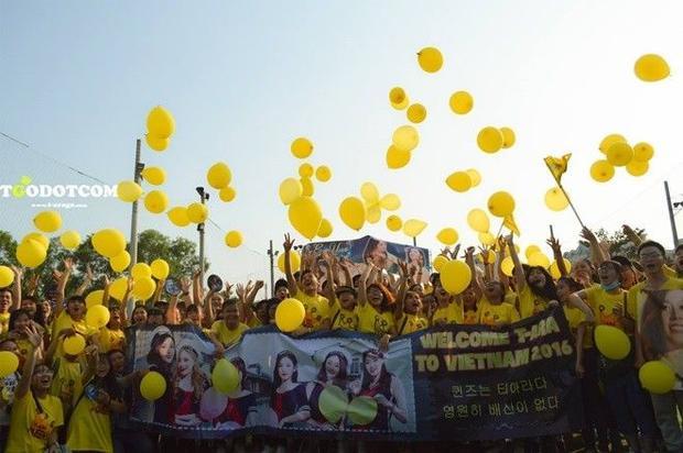 Fan T-ara nhảy flashmob hoành tráng, mua 'quà sang' mừng thần tượng quay lại Việt Nam