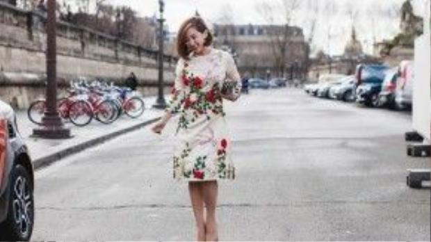 Xuất hiện trên đường phố Paris, cô tham dự BST của NTK Nhật Bản Issey Miyake, người đẹp nổi bật với chiếc váy floral dress nền nã, họa tiết những cành hồng đỏ thắm được NTK Tùng Vũ thêu tay hết sức tinh xảo đã giúp Trâm Nguyễn tôn lên làn da trắng hồng, màu môi đỏ mận quyến rũ.