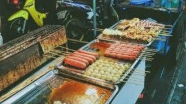 Món ăn này cũng khiến hoa hậu Kỳ Duyên không tiếc lời ngợi khen và mách nước cho độc giả, nơi thưởng thức món ăn này ở Thái Lan chính là khu Chinatown sôi động và náo nhiệt.