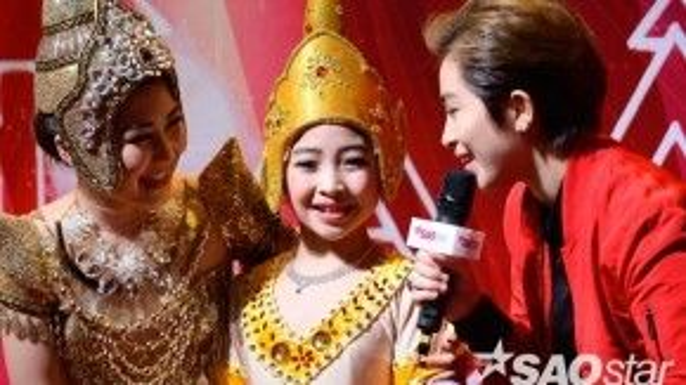 Hương Tràm và bé Hồng Minh xuất hiện tươi tắn trong hậu trường trước phần thi của mình.