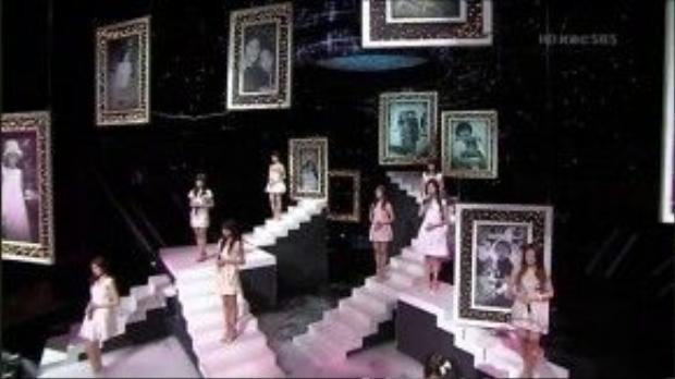 Sân khấu được dàn dựng cho tiết mục Dear Mom của SNSD rất đặc biệt.