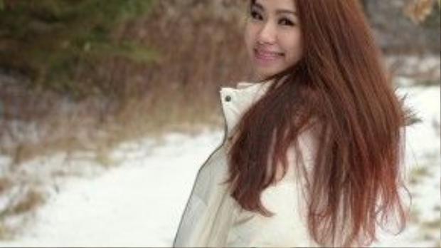 Vì thời gian này tại Mỹ vẫn còn tuyết rơi nên nữ ca sĩ hào hứng được chơi đùa trong tuyết dù chia sẻ rằng nhiệt độ rất lạnh.