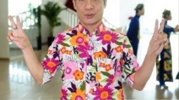 Nghệ sĩ Minh Nhí gây ấn tượng với áo sơ mi họa tiết rực rỡ xuất hiện tại chương trình.