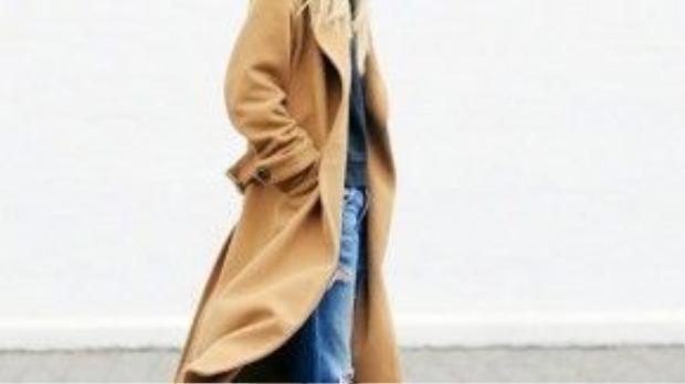 Chủ nhân blog thời trang Atlantic Pacific mix Camel Trench-coat cùng quần jean rách và giày cao gót da beo.