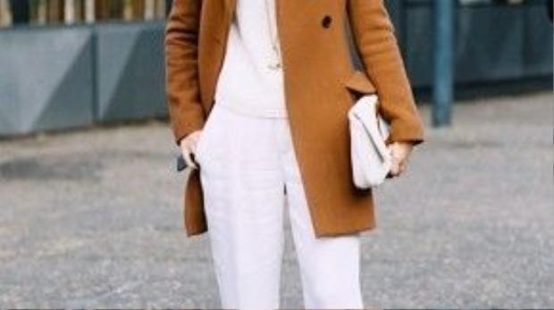 Fashionista này lại tính tế với trang phục lót white-on-white.
