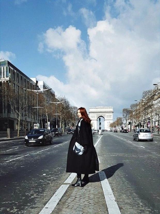 Thanh Hằng diện áo khoác camel cực thời thượng trên đường phố Paris
