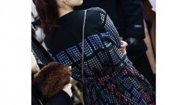 Cô thu hút cánh truyền thông ngay từ giây phút đầu trong mẫu váy caro cùng túi mini của hãng.