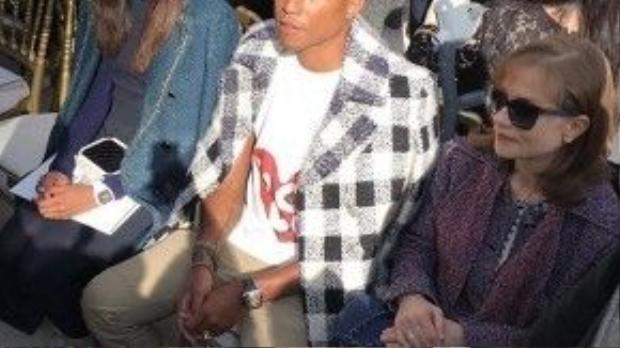 Ngoài ra, Pharrell Williams cũng đến tham dự trên hàng ghế show diễn Chanel lần này.