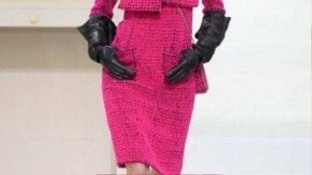 Mở màn chương trình cũng giống thường lệ là những mẫu váy chất liệu tweed trứ danh được các thợ lành nghề của xưởng cắt may tỉ mỉ.