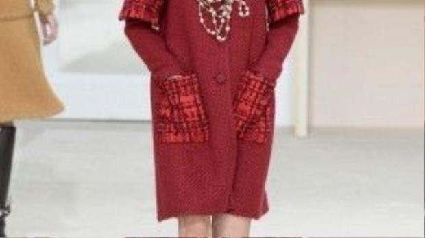 Các thiết kế có form dáng thẳng hoàn mỹ và đơn giản nhưng ẩn chứa bên trong là sự nổi loạn khó đoán về người phụ nữ Chanel.