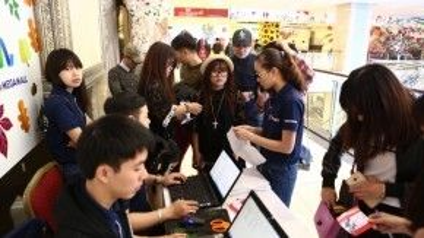 8h sáng ngày 7/3, hàng trăm bạn trẻ đã đổ về Trung tâm Thương mại Savico MegaMall Long Biên.