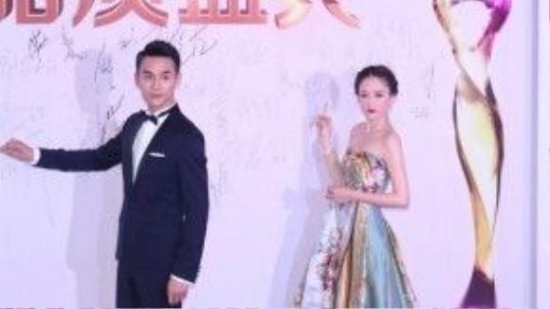 Nữ diễn viên Trần Kiều Ân tạo dáng bên Vương Khải.