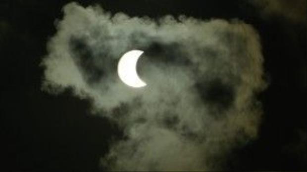7h23, một đám mây bay ngang khiến nhật thực càng thêm phần kỳ ảo.