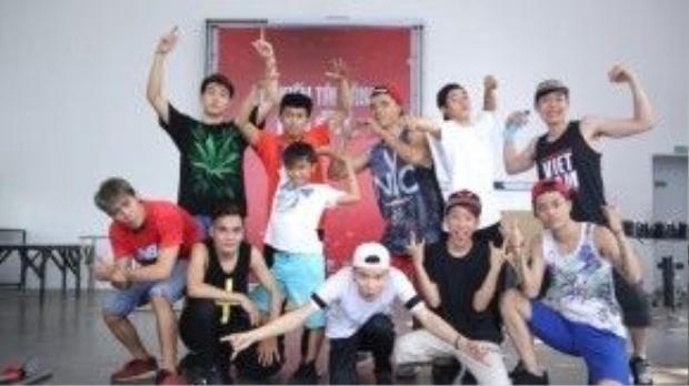 Nhóm nhảy OXY gồm 11 thành viên đã ra sức chuẩn bị cho tiết mục nhảy bùng nổ sân khấu sắp tới.