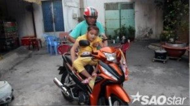 Mỗi sáng, ông Bảo Tài thường chở con gái đi châm cứu trị bệnh.