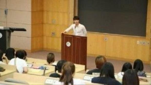 Anh chàng sinh viên Song Joong Ki trên giảng đường đại học
