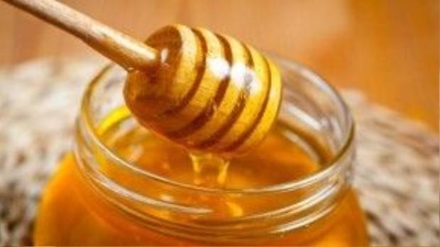 Đặc biệt là khi môi của bạn bị khô, nứt nẻ thì hãy dùng một thìa mật thoa đều lên môi và giữ nguyên trong 5-10′, sau đó rửa sạch, bạn sẽ thấy được tác dụng hiệu quả của mật ong.