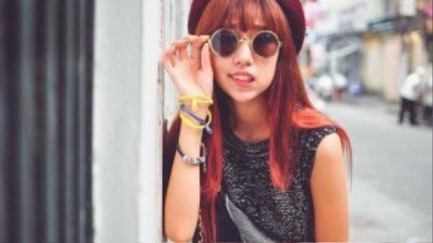 Ngoài tông màu nâu ra thì tông màu hơi ngả đỏ cũng rất hợp với những bạn nữ tóc thề.