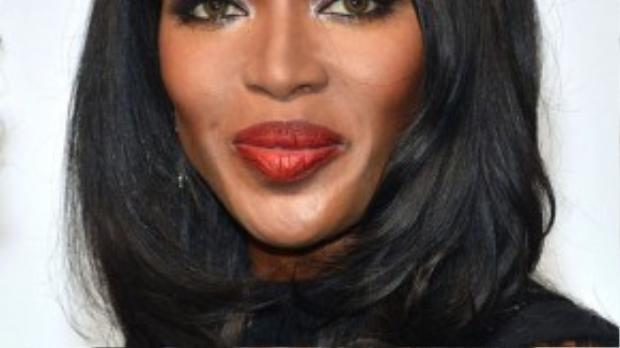 Những phụ nữ gốc Phi thường sở hữu mái tóc xoăn và khó có thể làm thẳng một cách tự nhiên. Vì vậy, nhiều ngôi sao da màu như Naomi Campbell thường xuyên sử dụng tóc giả trong các sự kiện.